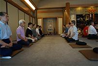 坐禅会に参加する方々の様子